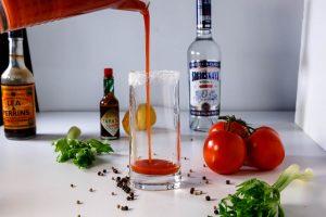Приготовление коктейля Кровавая Мэрои с водкой Сибирская